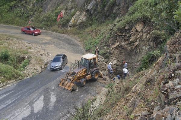 Maquinaria pesada fue contratada para despejar el camino entre Rabinal y Cubulco.