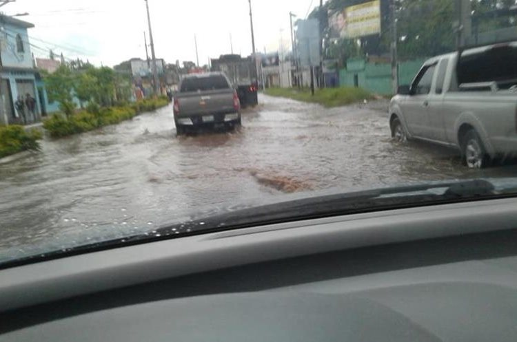 Calles anegadas en Villa Nueva. (Foto: Conred)