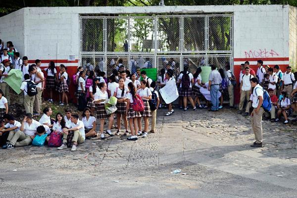 Alumnos protestan en la entrada del Instituto Nacional de Educación Básica Álvaro Enrique Estrada, en Gualán, Zacapa. (Foto Prensa Libre: Julio César Vargas)
