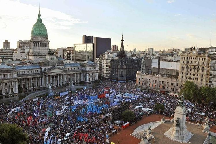 El centro histórico de la capital argentina se llenó de inconformes con Macri este jueves. (Foto Prensa Libre: AFP).