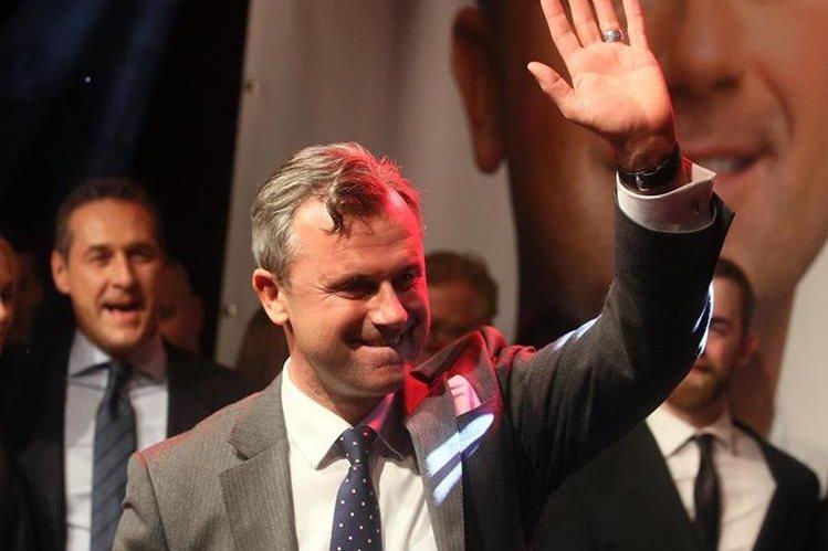 El candidato ecologista Alexander Van der Bellen, que ganó con un 50.3% de los votos, debía estrenar el cargo el 8 de julio. (Foto Prensa Libre: AFP).