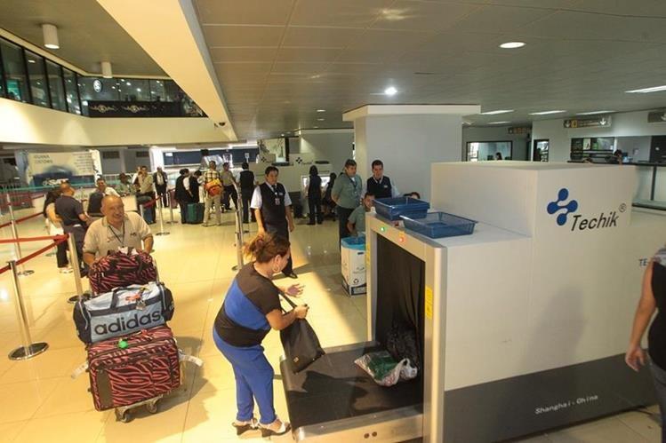 Un hombre de origen camerunés permanecía en el Aeropuerto Internacional La Aurora desde el 24 de julio último, por falta de documentos de identificación para entrar al país. (Foto HemerotecaPL)