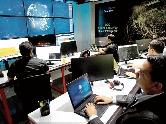 Deloitte instaló en Guatemala un laboratorio de ciberseguridad denominado Security Operation Center. En este se hace un monitoreo a la infraestructura informática de los clientes de la compañía y rastrea posibles amenazas en virus u otras anomalías. (Foto, Prensa Libre: Álvaro Interiano)