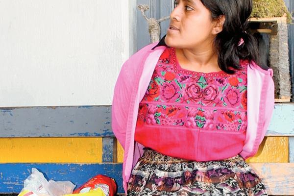 Lucía Castro  fue llevada  a la subestación de la PNC de Santa Cruz del Quiché, Quiché, con la mercadería que supuestamente robó. (Foto Prensa Libre: Óscar Figueroa)