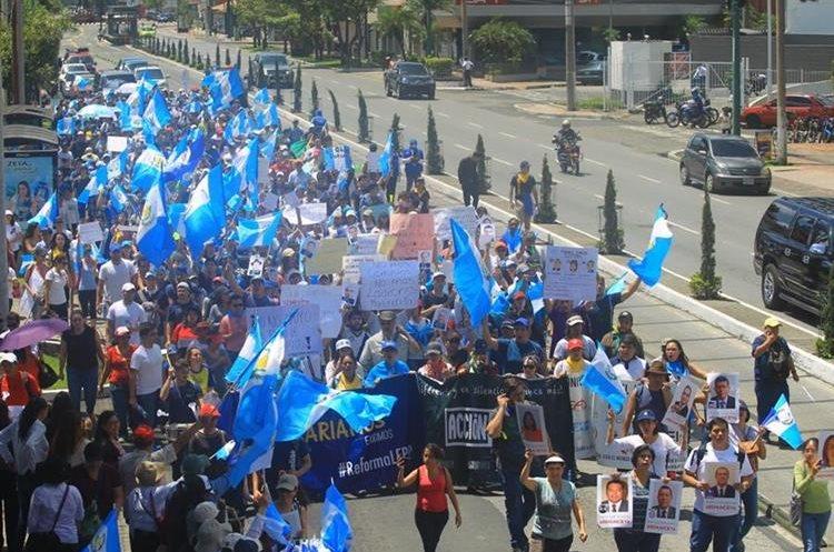 Las personas piden a los diputados legislar a favor del país y no promover mociones privilegiadas y de urgencia nacional para intereses políticos.