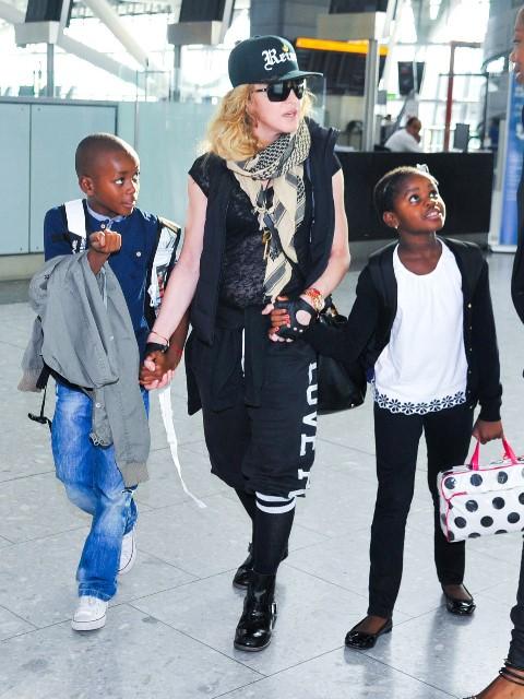 Madonna, en 2013, junto a sus hijos adoptados David y Mercy. (Foto Prensa Libre: celebritybabyscoop.com).