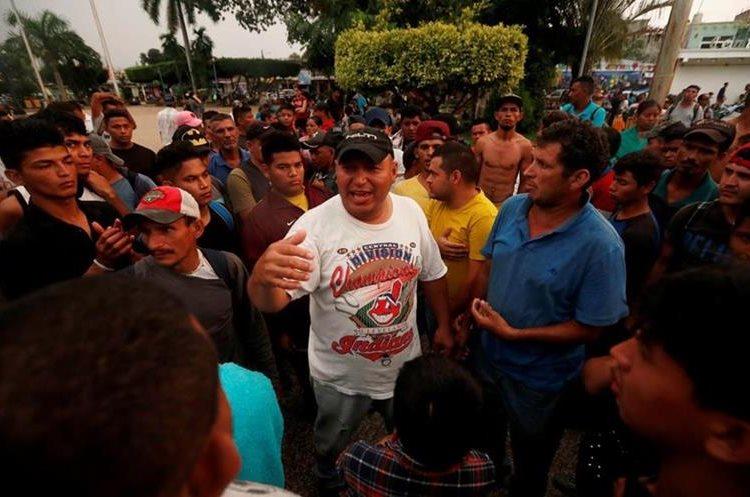 Migrantes hondureños planifican la forma en que cruzarán la frontera con México. (Foto Prensa Libre: EFE)