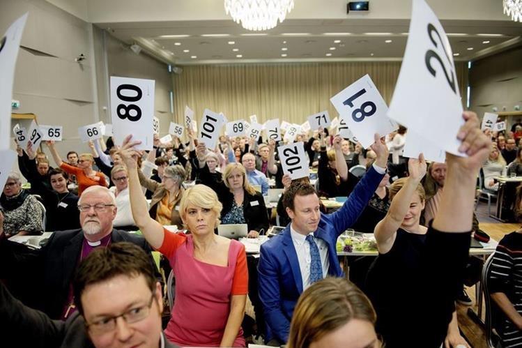 Fieles de la iglesia luterana votan durante la asamblea anual donde se aprobó el matrimonio homosexual. (Foto Prensa Libre: EFE).