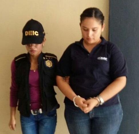 Karla Fabiola Paiz Martínez - derecha- bajo custodia de las autoridades. (Foto Prensa Libre: Dony Stewart)