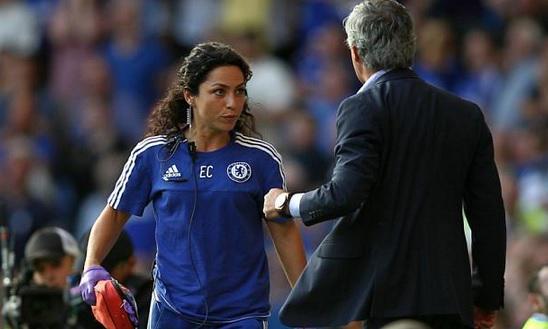 El técnico del Chelsea, José Mourinho se mostró muy molesto luego de que Carneiro ingresará a la cancha. (Foto Prensa Libre: Hemeroteca PL)