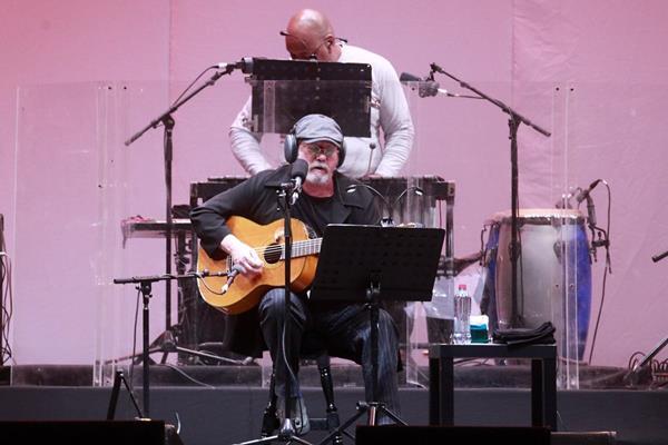 El cantautor cubano Silvio Rodríguez deleitó al público chileno. (Foto Prensa Libre: EFE)