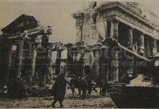 Tanques soviéticos atraviesan la derruida Puerta de Brandenburgo en 1945. (Foto: Hemeroteca PL)