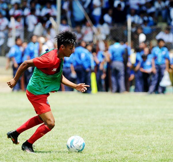 Brandon Rivas se apresta a golpear el balón, en la práctica roja, ayer, en el estadio municipal de Amatitlán. (Foto Prensa Libre: Edwin Fajardo)