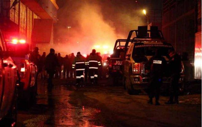 Socorristas tratan de extinguir el fuego causado por los delincuentes. (Foto: eldiario.mx).