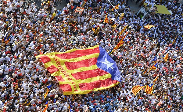 Miles de personas participan en la gran manifestación por el Día de Cataluña.