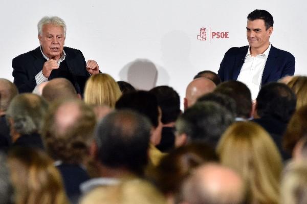 Pedro Sánchez (i) habla a la prensa junto al expresidente español Felipe González, en Madrid.(EFE).