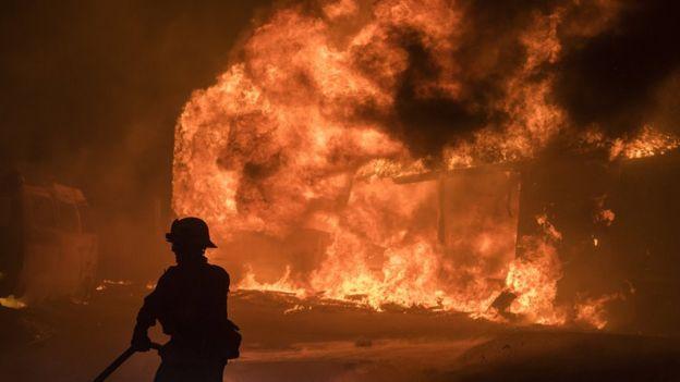 Decenas de construcciones han sido arrasadas por el fuego, principalmente en el condado Ventura. EPA