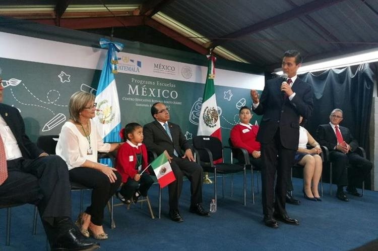 El discurso en la escuela Rotario Benito Juárez duró más de 20 minutos.