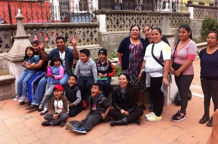 Algunas de las personas que participan en la jardinización del área verde del Teatro Municipal de Quetzaltenango. (Foto Prensa Libre: María José Longo)