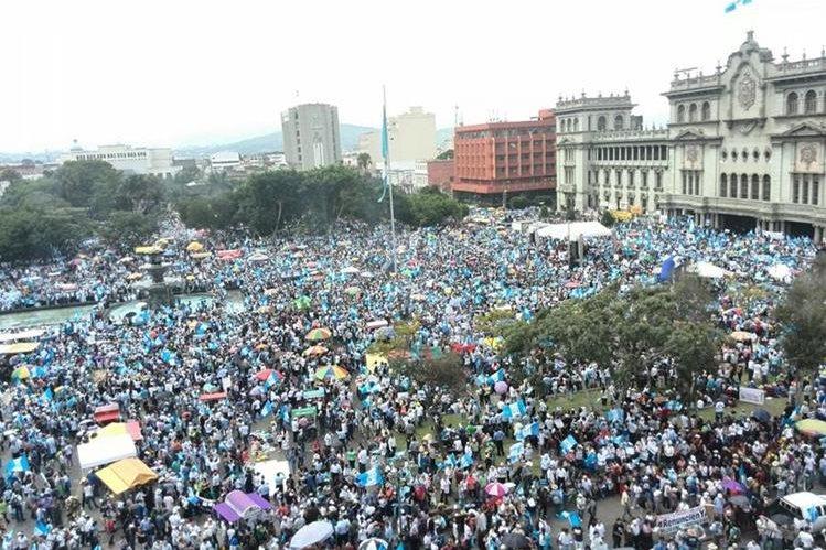 Miles de guatemaltecos se unen en la plaza central para demandar la dimisión de Pérez. (Foto Prensa Libre: Estuardo Paredes)