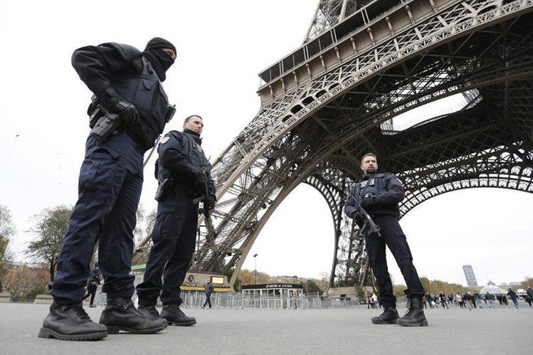 Un amplio despliegue policial resguarda lugares públicos en Francia. (Foto Prensa Libre: EFE)
