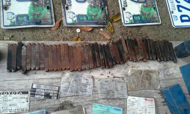 Placas y documentos de los vehículos robados localizados en uno de los operativos. (Foto Prenssa Libre: Estuardo Paredes)