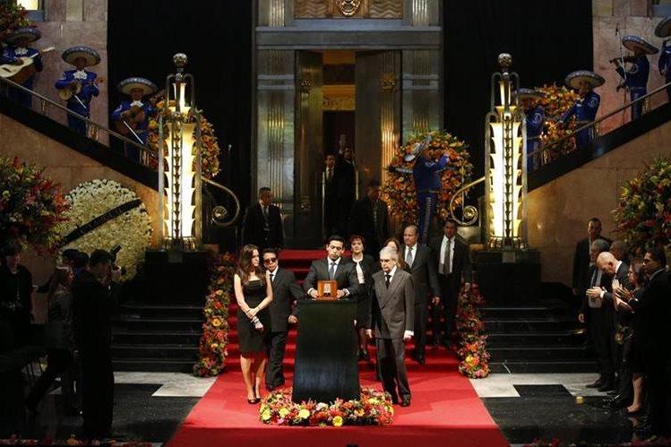 Iván Aguilera, hijo de Juan Gabriel, depositó las cenizas de su padre en el Palacio de Bellas Artes en Ciudad de México. (Foto Prensa Libre: AP)