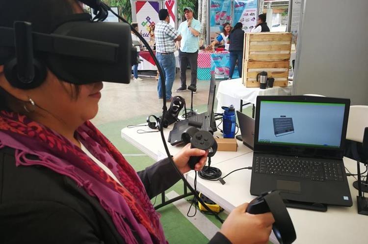 Una de las visitantes al festival experimenta la realidad virtual en el laboratorio de inmersión y desarrollo. (Foto Prensa Libre: Oscar Fernando García).