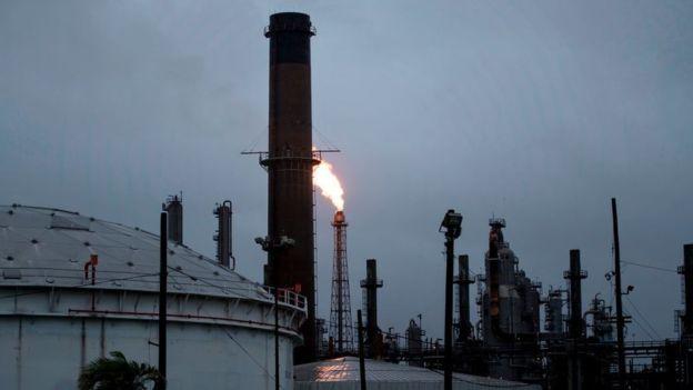 Algunas refinerías están cerrando porque la interrupción de los oleoductos las han dejado sin petróleo. BRENDAN SMIALOWSKI