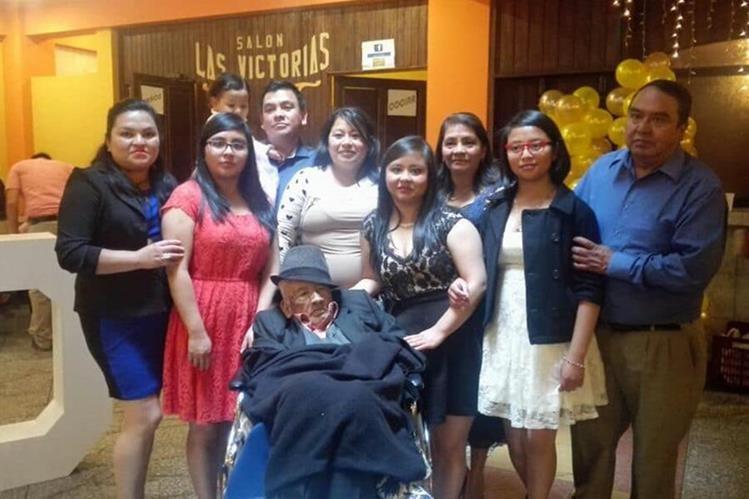 Silvestre Domingo Ramírez Dionicio junto a algunos de sus familiares. (Foto Prensa Libre: Whitmer Barrera).