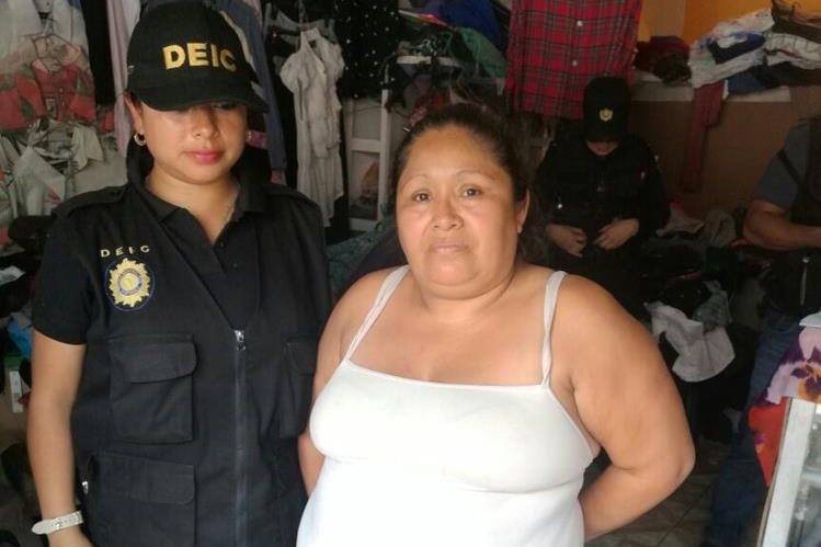 Gilda Nohemí Sicajá Juárez, atiende una paca en Amatitlán y desde ese lugar coordinaba la entrega de las menores de edad en hoteles que trabajan con ella. (Foto Prensa Libre: Érick Ávila)