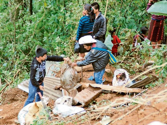 Vecinos de la aldea Palmira Nueva, La Libertad, Huehuetenango, fueron víctimas de un deslizamiento en agosto último. Vivir en ese lugar constituye un peligro. (Foto Prensa Libre: Mike Castillo)