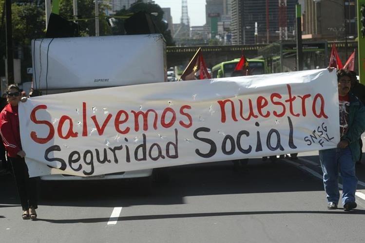 Sindicalistas de Salud protestan para que se incremente la inversión en salud y se frene la delincuencia. (Foto Prensa Libre: Hemeroteca PL)