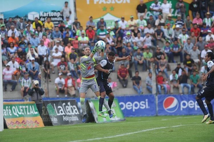 De Lemos se quedó con el balón, mientras Carlos Castrillo intentaba anotar.