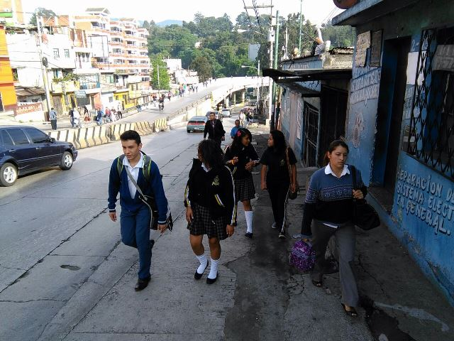 Vecinos de la zona 6 de Mixco por la falta de transporte público.(Foto Prensa Libre: Estuardo Paredes)