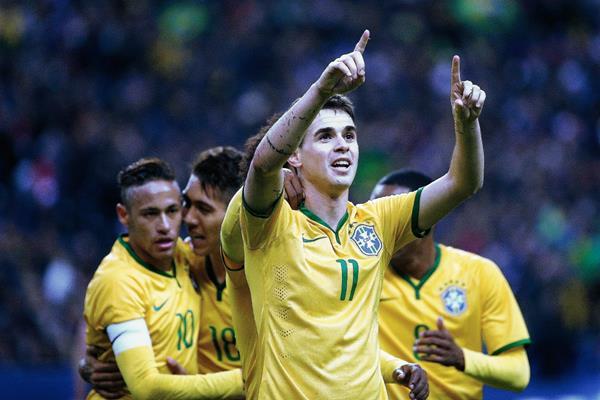El volante brasileño Oscar anotó el primer gol que inició la remontada de Brasil. (Foto Prensa Libre: EFE)