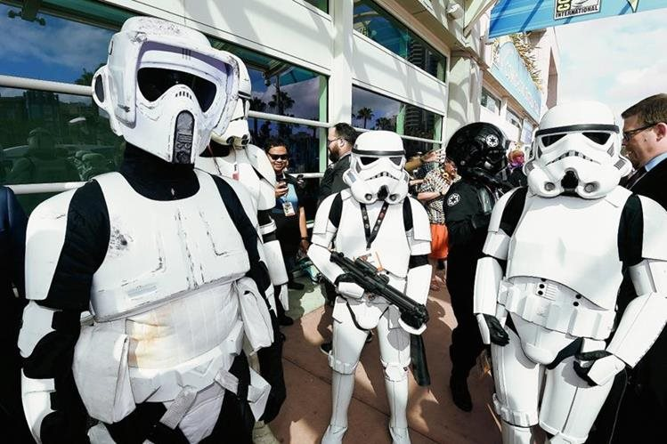 Admiradores de Star Wars llegan vestidos de sus personajes favoritos a la Comic Con, que se desarrollará del 9 al 12 de julio, en San Diego. (Foto Prensa Libre: AP)
