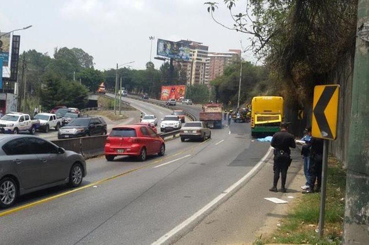 Agentes de la PNC cierran el tránsito en el área en espera del MP. (Foto Prensa Libre: Álvaro Interiano)