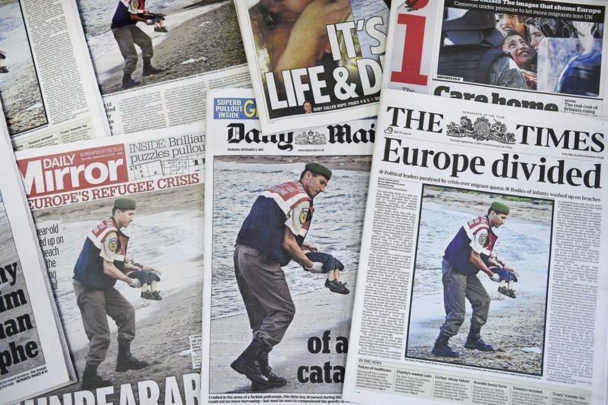 Varias portadas de periódicos muestran la fotografía de un gendarme con el cuerpo sin vida de un niño sirio en la playa turca de Bodrum. La fotografía causó conmoción en el Viejo Continente. (Foto Prensa Libre: EFE).