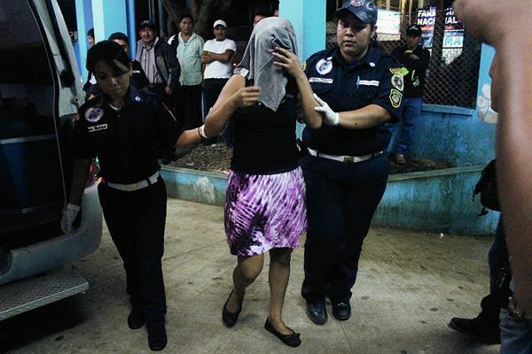 Sonia Vásquez, quien resultó herida en distubios entre pobladores en Nuevo Chuatuj, Coatepeque, Quetzaltenango, es auxiliada por socorristas quienes la trasladaron al hospital local.  (Foto Prensa Libre: Alexánder Coyoy)