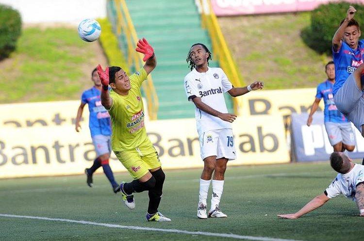 Enrique Miranda durante uno de los duelos de los albos con Malacateco en el estadio Cementos Progreso. (Foto Prensa Libre: Hemeroteca PL)