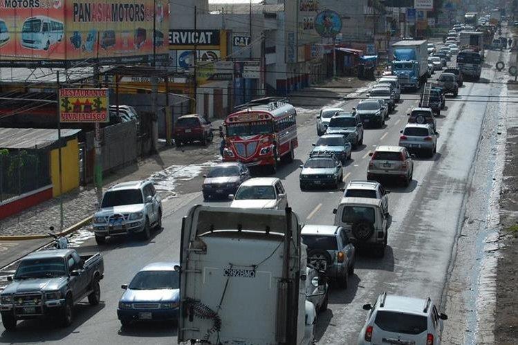 Cientos de pilotos que utilizan la ruta CA-1 Occidente conducen despacio por Chimaltenango, debido a que la capacidad de la carretera está sobrepasada y los trabajos de liberación aún no concluyen.