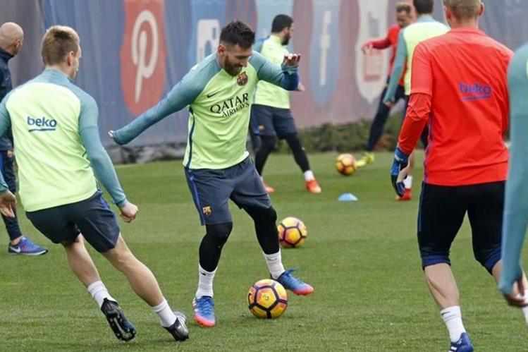 Lionel Messi conduce la pelota durante el entrenamiento de este jueves del FC Barcelona. (Foto Prensa Libre: FC Barcelona)