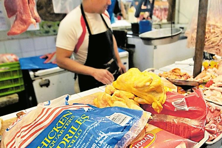Según la Anavi, entre el 75% y 80% del consumo de pollo en el país es fresco y el resto es importado. (Foto Prensa Libre: Hemeroteca PL)