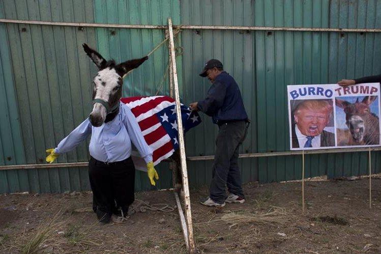 Un mexicano se burla de Donald Trump, el candidato presidencial republicano. (Foto Prensa Libre: AP).