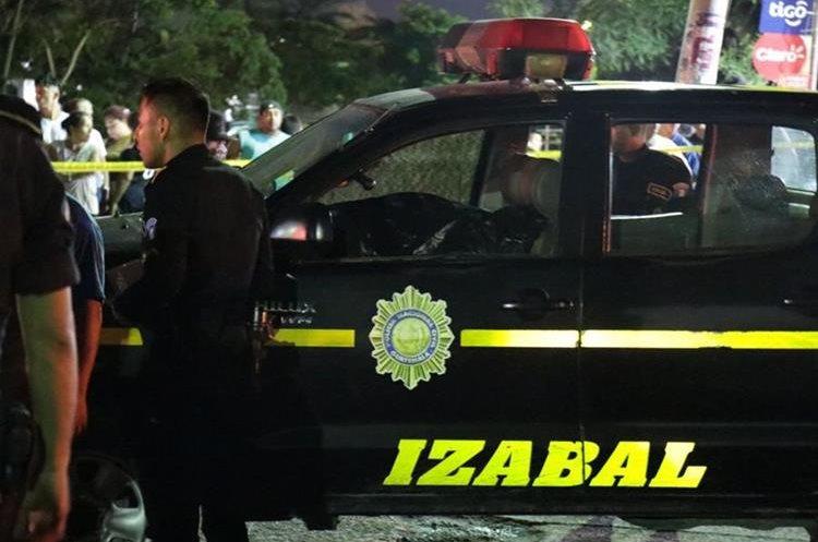 Un agente de la PNC murió adentro de la unidad. Foto Prensa Libre: Dony Stewart.