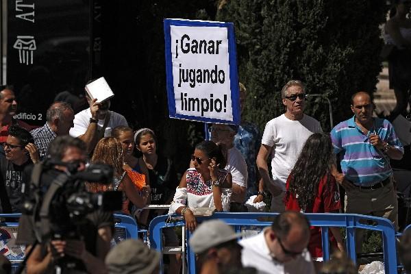 Varios aficionados también se dieron cita, algunos mostrando su apoyo y otros exigen a  Cristiano que aclare sus cuentas con la justicia. (Foto Prensa Libre: AP)