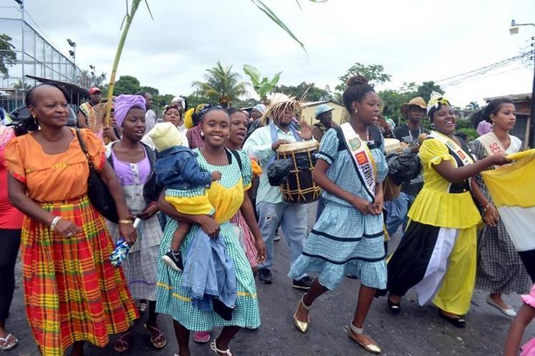 """Pobladores participan en el ritual del """"Yurumein"""", en Puerto Barrios. (Foto Prensa Libre: Dony Stewart)."""