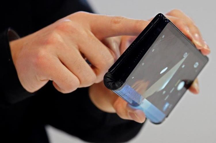 The phone can flex your big screen (Free Press Photo: EFE).