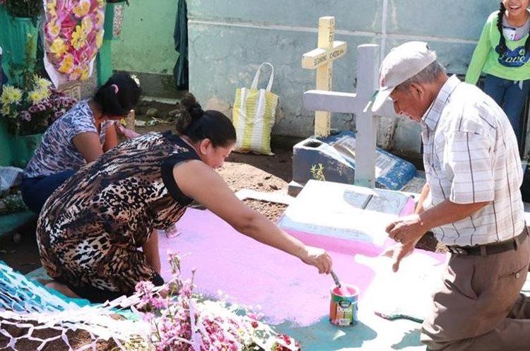Mujer pinta una tumba en el cementerio de Mazatenango, Suchitepéquez